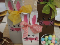 Decorate your table with these cute wooden Easter bunnies