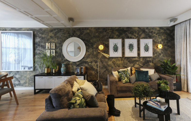 wallpaper feature wall, patterned wallpaper, lounge, living room, green living room, grasscloth